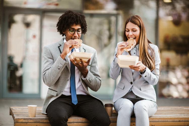 La pause quotidienne du repas du midi en entreprise